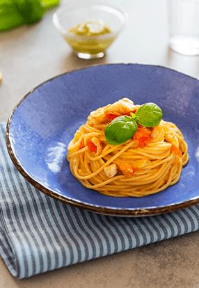 BIO špageti z belo ribo in genovskim pestom