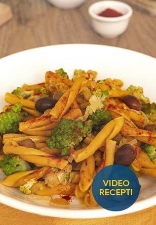 Casarecce iz čičerike z bučo, porom, brokolijem, šetrajem, parmezanom in olivami