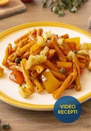 Casarecce iz čičerike s peperonato, pomarančo, kaprami in poletnimi začimbami