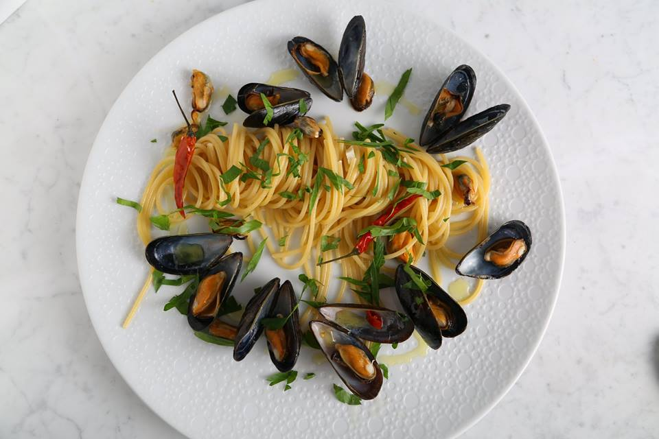 Vegetarian Seafood Pasta Recipe with Thick Spaghetti and Mussels