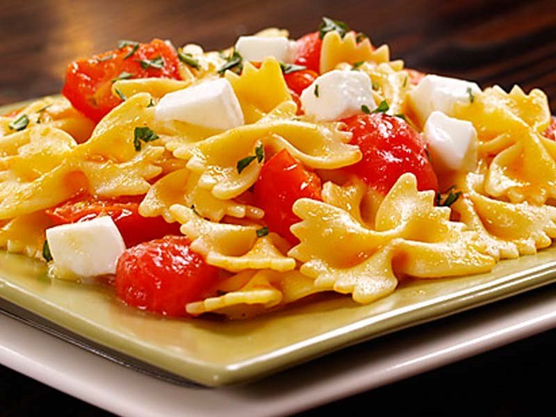 farfalle with cherry tomatoes and fresh mozzarella