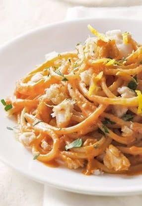 Špageti s umakom Pesto Rosso Barilla, bakalarom i peršinom