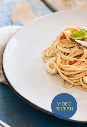 Integralni špageti s umakom Pesto Genovese, lignjama i cherry rajčicama