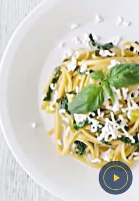 Ploščati špageti z rdečim pestom in kozjim sirom