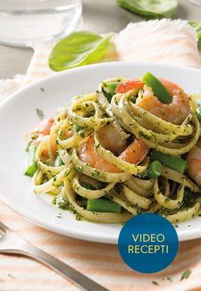 Ploščati špageti Barilla s pestom s svežo baziliko, kozicami in stročjim fižolom