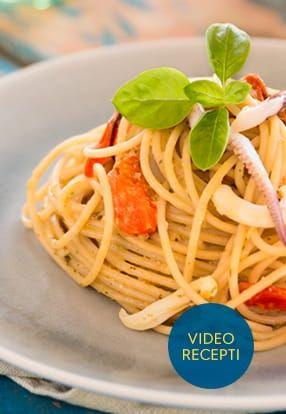 Polnozrnati špageti z Pesto Genovese Barilla, lignji in češnjevci