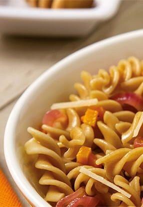Polnozrnati svedri Barilla integrale z nakockanim korenjem, karamelizirano čebulo in toskanskim pecorinom